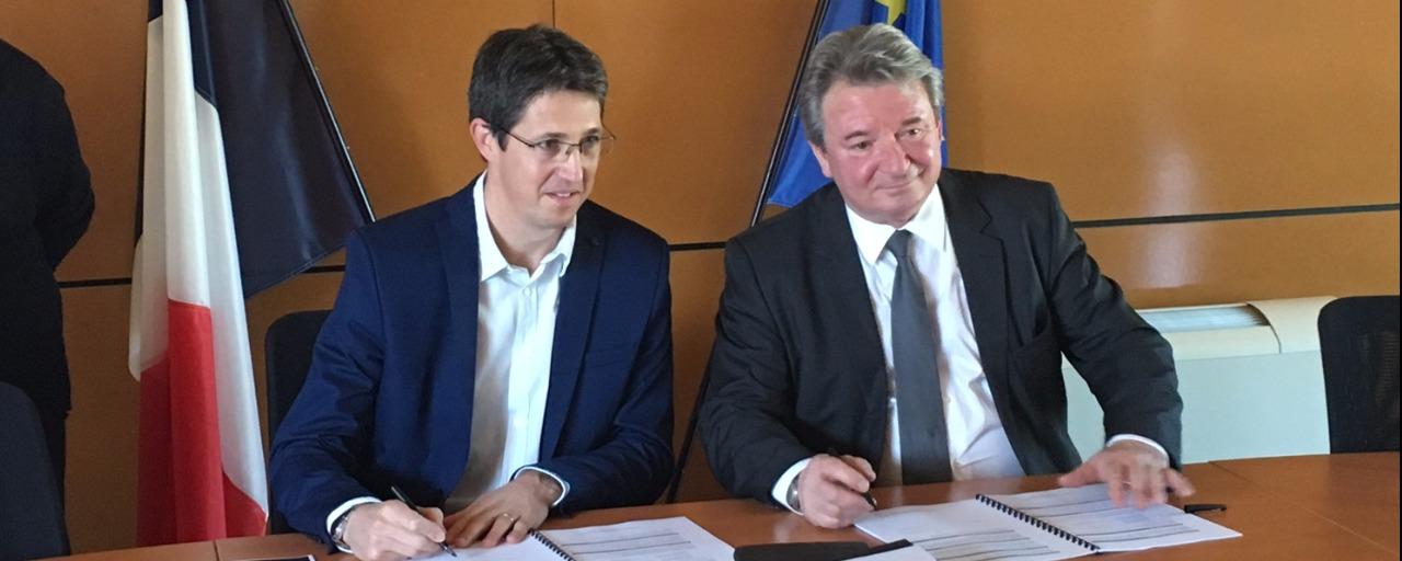 Signature de la concession d'aménagement entre la ville de Naves et TERRITOIRES.  Christophe JERRETIE et Philippe CLEMENT