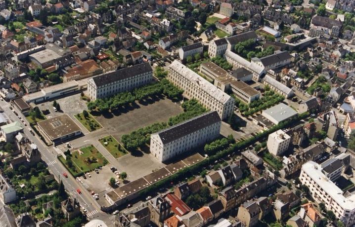 Vue aérienne ancienne caserne militaire à Brive